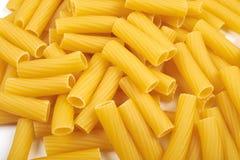 Rigatoni italiensk pasta som isoleras på vit bakgrund Royaltyfria Foton