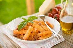 Rigatoni mit Tomatensauce Stockfoto
