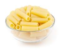Rigatoni pasta i den glass bunken som isoleras på vit Royaltyfri Foto