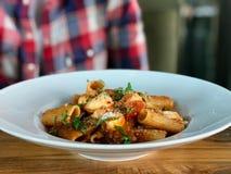 Rigatoni pasta med aubergine, tomatsås, Mozarella, parmesanost och Basil Leaves royaltyfri foto