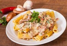 Rigatoni pasta med champinjonsås royaltyfria foton