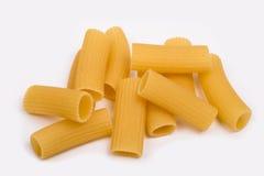Rigatoni, pastas italianas en un fondo blanco Fotos de archivo libres de regalías