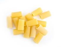 Rigatoni rå pasta som isoleras på white Fotografering för Bildbyråer
