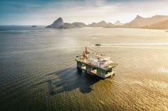 Rigg för olje- borrande mot panorama av Rio De Janeiro royaltyfria bilder