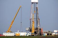 Rigg och kranar för olje- borrande Arkivbilder
