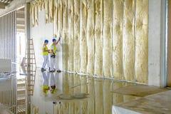 Riggers werkt aan thermische verdelings droge muur met mineraal w Royalty-vrije Stock Foto