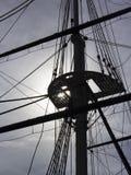 Riggning för seglingskepp backlit av solen fotografering för bildbyråer