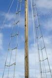 Riggning och mast på yachten Royaltyfria Bilder