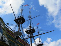 Riggning- och repdetaljerna av en högväxt segling Arkivfoton