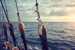Riggningbeståndsdelar av ett segla skepp på solnedgången arkivfoton