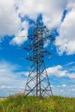 Righe ad alta tensione e cielo nuvoloso Fotografie Stock Libere da Diritti