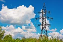 Righe ad alta tensione e cielo nuvoloso blu Immagine Stock Libera da Diritti
