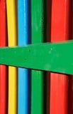 Righe Colourful di legno verniciato su una rete fissa del campo da giuoco immagine stock libera da diritti