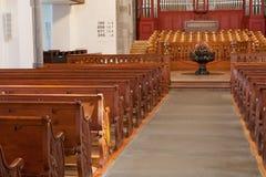 Righe dei banchi di chiesa di legno vuoti Immagine Stock Libera da Diritti