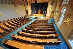 Righe dei banchi di chiesa in una sinagoga Fotografie Stock