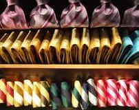 Righe dei legami su una mensola del negozio immagini stock