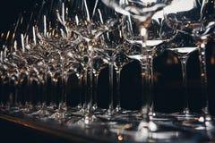 Righe dei vetri di vino vuoti Immagine Stock