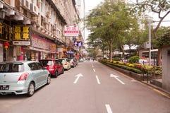 Righe delle automobili che parcheggiano al bordo della strada in Macao immagine stock libera da diritti
