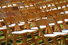 Righe delle presidenze di legno su prato inglese Fotografie Stock