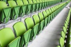 Righe delle sedi di plastica in stadio vuoto Immagini Stock Libere da Diritti