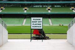 Righe delle sedi piegate e verdi in stadio vuoto Immagini Stock Libere da Diritti