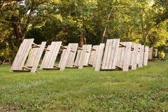 Righe delle Tabelle di picnic Immagini Stock