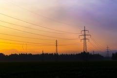 Righe di corrente elettrica in cielo Corrente elettrica ed energia alternativa Fotografie Stock