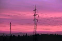 Righe di corrente elettrica in cielo Corrente elettrica ed energia alternativa Fotografia Stock