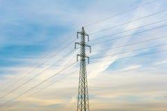 Righe di corrente elettrica in cielo Corrente elettrica ed energia alternativa Immagini Stock