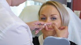 Righe di correzione di tiraggio del Beautician sul fronte della donna Fotografie Stock