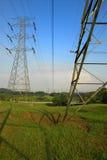 Righe di trasmissione di corrente elettrica fotografia stock
