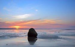 Righe e pietra sulla sabbia Fotografie Stock