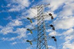 Righe e pilone di trasporto di energia ad alta tensione Fotografia Stock