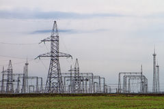 Righe elettriche ad alta tensione Fotografia Stock