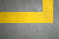 Righe gialle sul pavimento di calcestruzzo Fotografia Stock Libera da Diritti