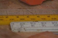 Righelli sul banco da lavoro Fotografia Stock