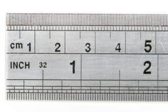 Righello che mostra sia le misure metriche che imperiali della lunghezza Fotografia Stock Libera da Diritti