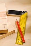 Righello e matita della squadra a triangolo con le schede Immagini Stock
