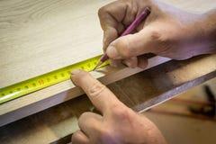 Righello e matita su un fondo di legno Marcatura della parte Officina del ` s del carpentiere Carpentiere del lavoro fotografia stock libera da diritti