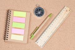 Righello, penna, bussola e booknote sulla tavola Fotografie Stock Libere da Diritti
