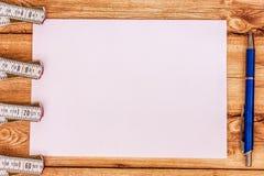 Righello pieghevole del fondo e un foglio di carta Immagine Stock