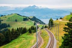 Rigi berg och Lucerne sjö och järnväg på Schweiz fotografering för bildbyråer