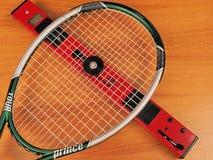 A rigidez da cama da corda de um quadro do jogador da excursão de tênis é medida Foto de Stock Royalty Free