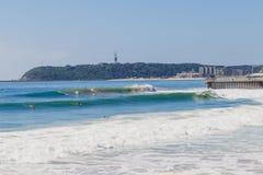 Rigonfiamenti del ciclone che praticano il surfing le onde Immagine Stock