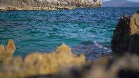 Rigonfiamento del mare con le rocce della linea costiera Nella priorità alta sono le pietre unfocused video d archivio