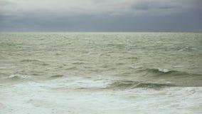 Rigonfiamento del mare sulla superficie dell'acqua con le onde video d archivio
