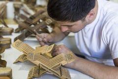 Rihals ingeniosos que crean de fabricación principales soportes de libro de madera de Bukhara, Uzbekistán fotos de archivo