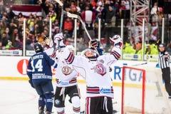 Rihards Bukarts comemora seu objetivo marcado abetos em KHL imagem de stock