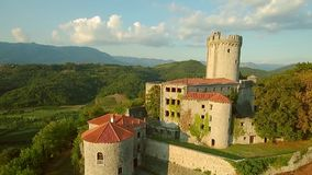 Rihemberk城堡鸟瞰图在小山的在vipava谷上在布拉尼克斯洛文尼亚西部 股票录像