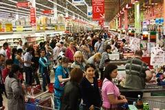 Rij bij de supermarkt Stock Foto's